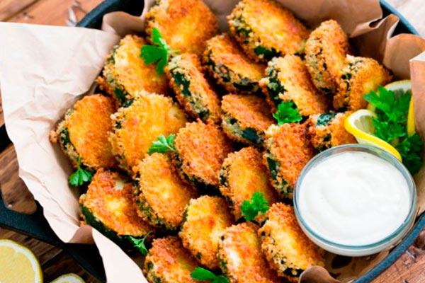 Bocadillos de zapallo italiano Exquisitos chips de calabacín con salsa alioli
