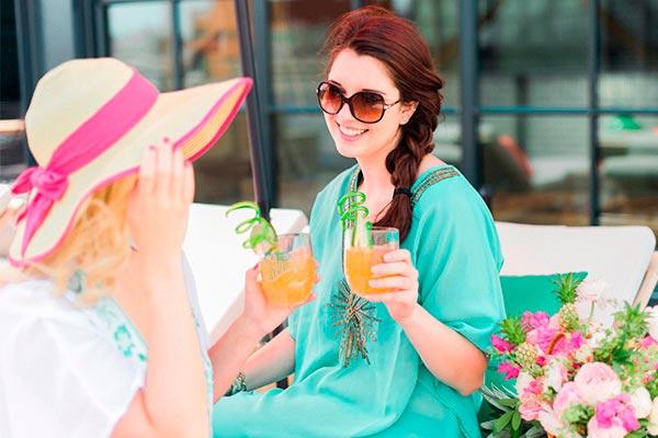Celeración con amigas al aire libre Amigas,cocteles y bronceado: ¡diversión!