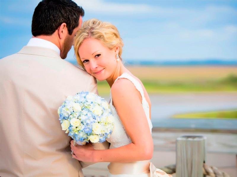 ¿cómo decorar una boda con hortensias? Pompones florales que inspiran romance