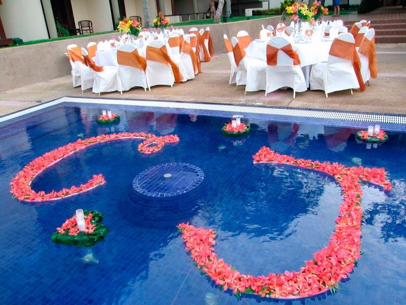 ¿cómo decorar una piscina para el día de tu boda? Llena de fantasía los espacios acuáticos de tu ceremonia