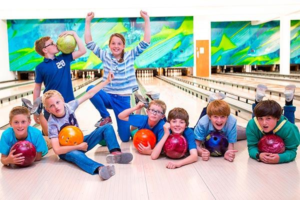 Inolvidable día del niño en el boliche Divertido juego de bowling para niños