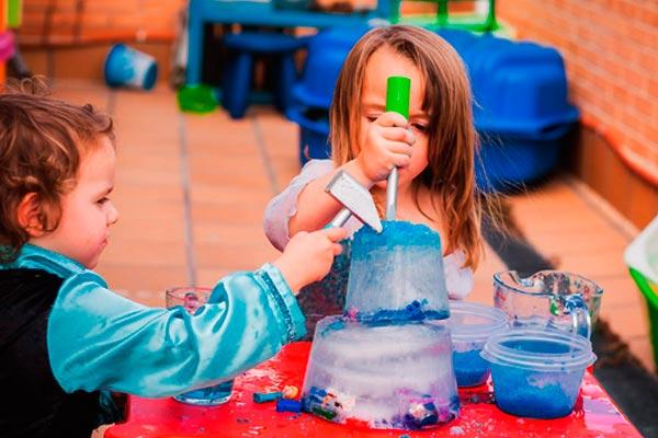 Juegos creativos para niños Agradables juegos con hielos de colores