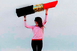 ¿Cómo realizar una piñata femenina? - Fabulosa piñata de labial para tu celebración