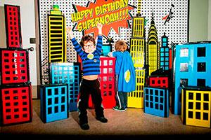 Cumpleaños para niños de superhéroes - Reunión de superhéroes en su fiesta de cumpleaños