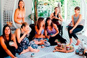 Fiesta de yoga al aire libre - Relajante fiesta de yoga con amigas