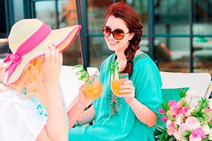 Celeración con amigas al aire libre - Amigas,cocteles y bronceado: ¡diversión!
