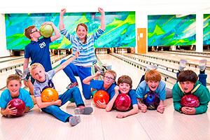 Inolvidable día del niño en el boliche - Divertido juego de bowling para niños